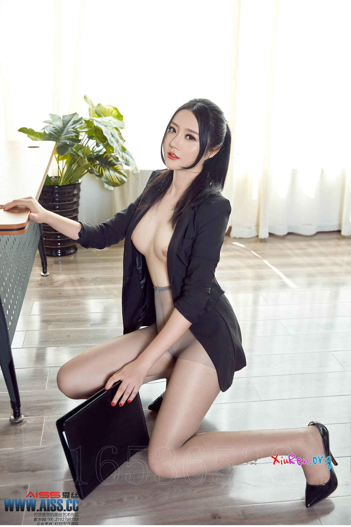 chinese girl nude at office