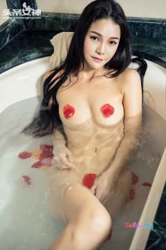 [头条女神] 紫色浴袍秀色女郎刘雨露温婉浴室人体销魂高清私房 43P