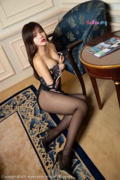 [秀人网XiuRen] N01677 酥胸玉足美人妻Cris_卓娅祺黑丝旗袍靓丽雅致酒店写真 55P