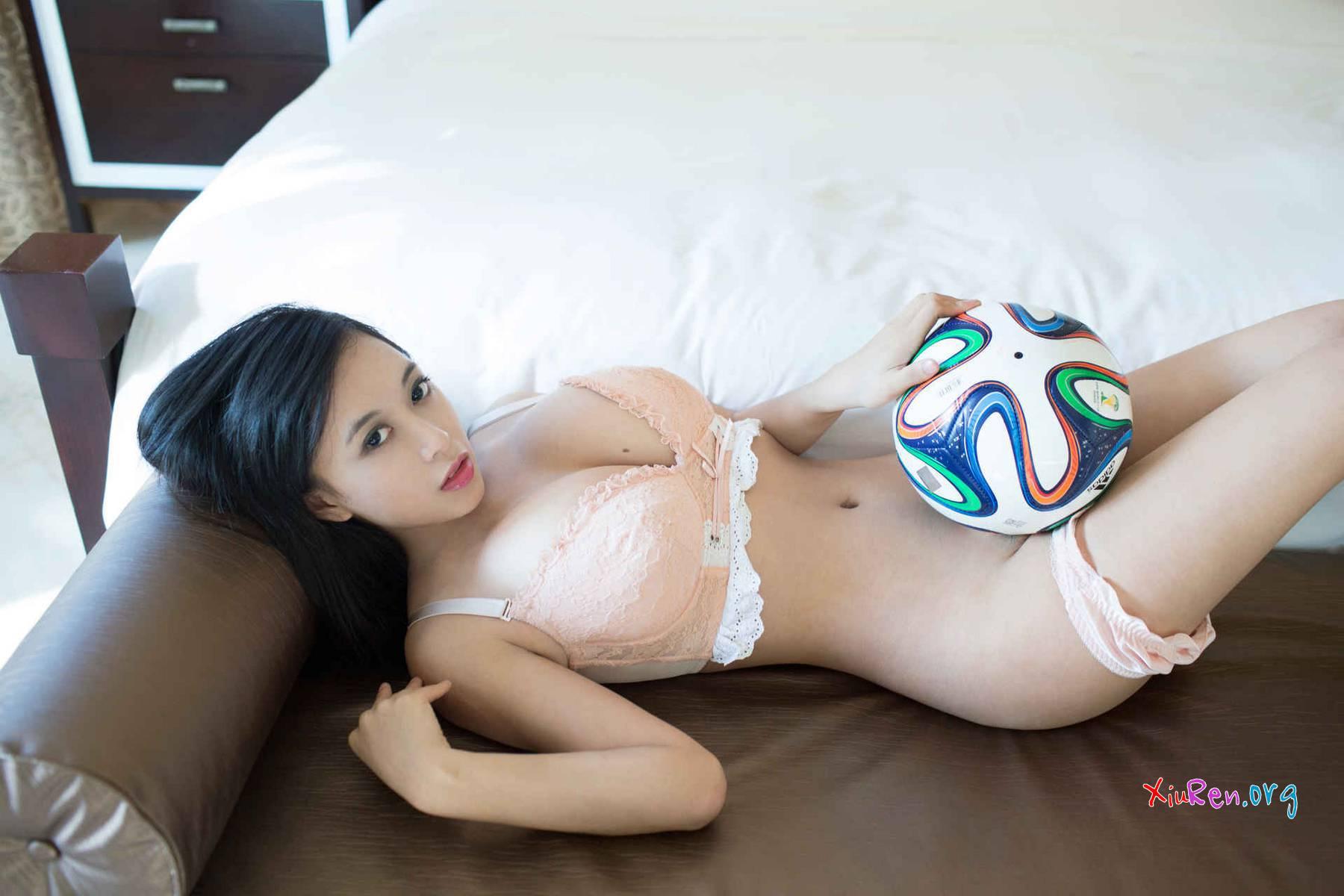 Ai đá bóng cùng em nó không nào?
